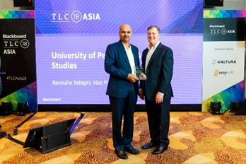 Mr Ravindra Yatagiri, receiving the award for Optimizing student Experience in 2018